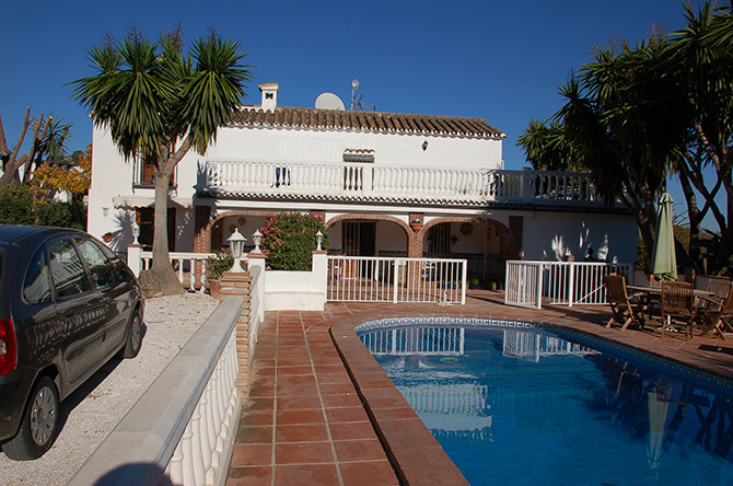 This property is a six bedroom house within walking distance to Coin with lovely gardens, separate g,Spain