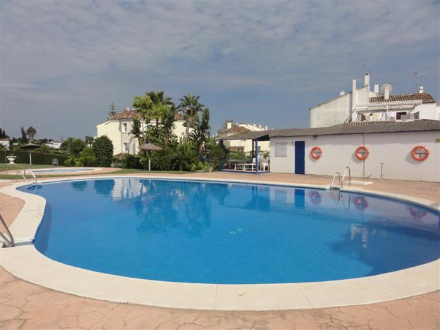 Well located 2 bedroom apartment in the much sought after area of El Paraiso. This spacious first fl,Spain