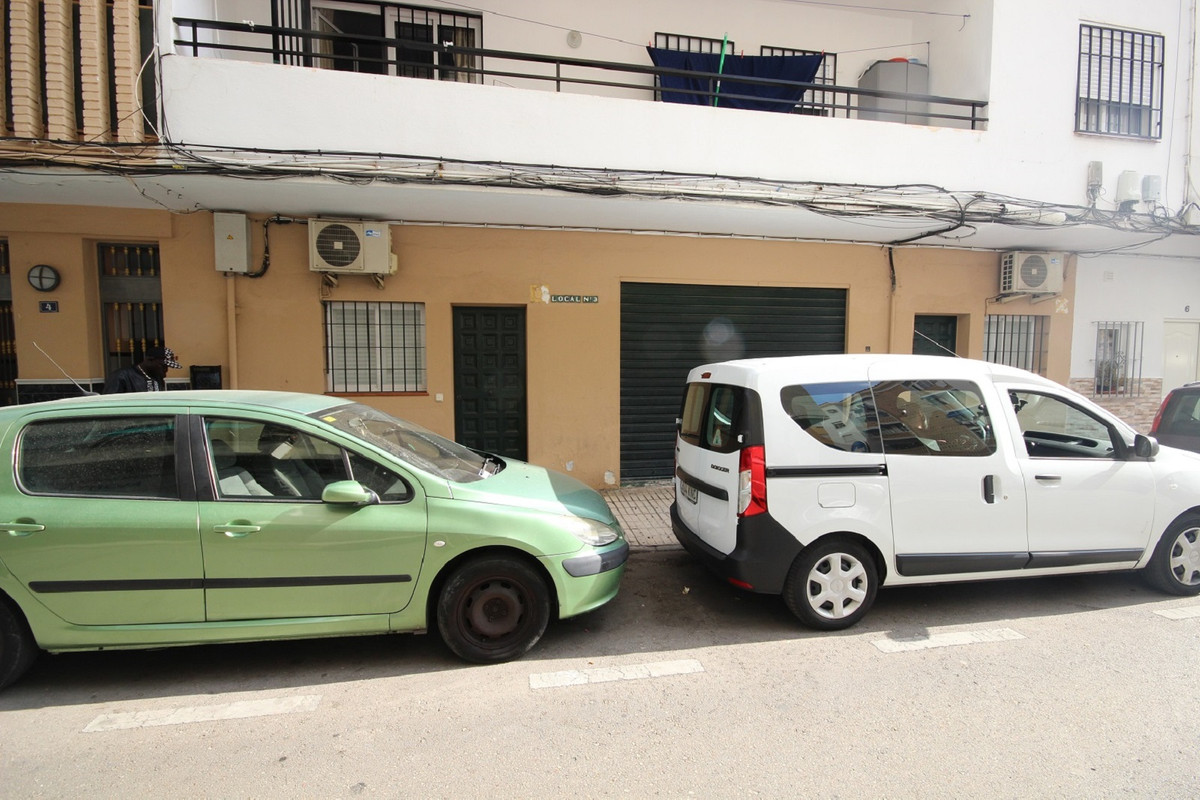 Ample warehouse and premises located in the popular and populated area of Miraflores (Marbella Centr,Spain