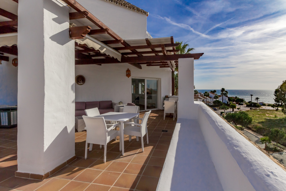 Fantastic corner penthouse situated in urbanization with direct beach access. The complex has 2 swim, Spain