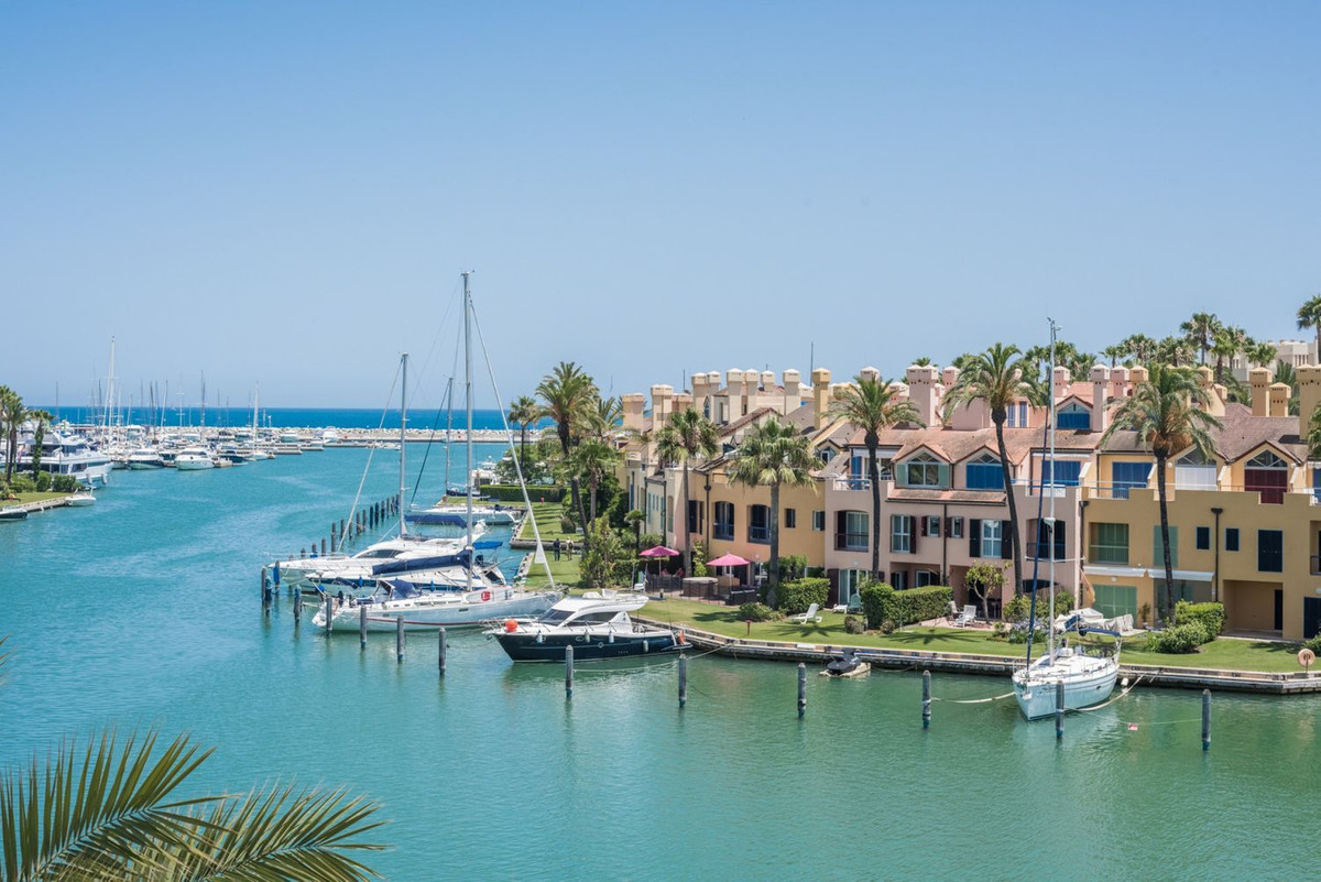 Magnificent and spacious 2 bedrooms apartment at Marina de Sotogrande West facing with panoramic vie, Spain