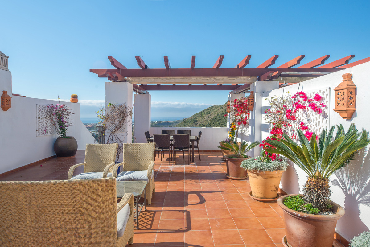 Welcome to the lovely development of Los Arqueros and this penthouse with wonderful views, three bed,Spain
