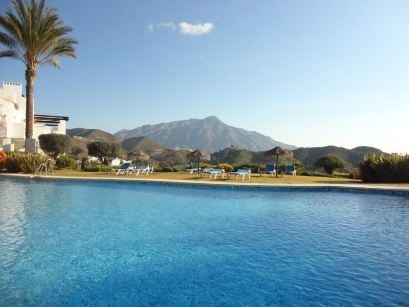 Lovely 2 bedroom ground floor (with great views) apartment in Altos de La Quinta.   This property is,Spain
