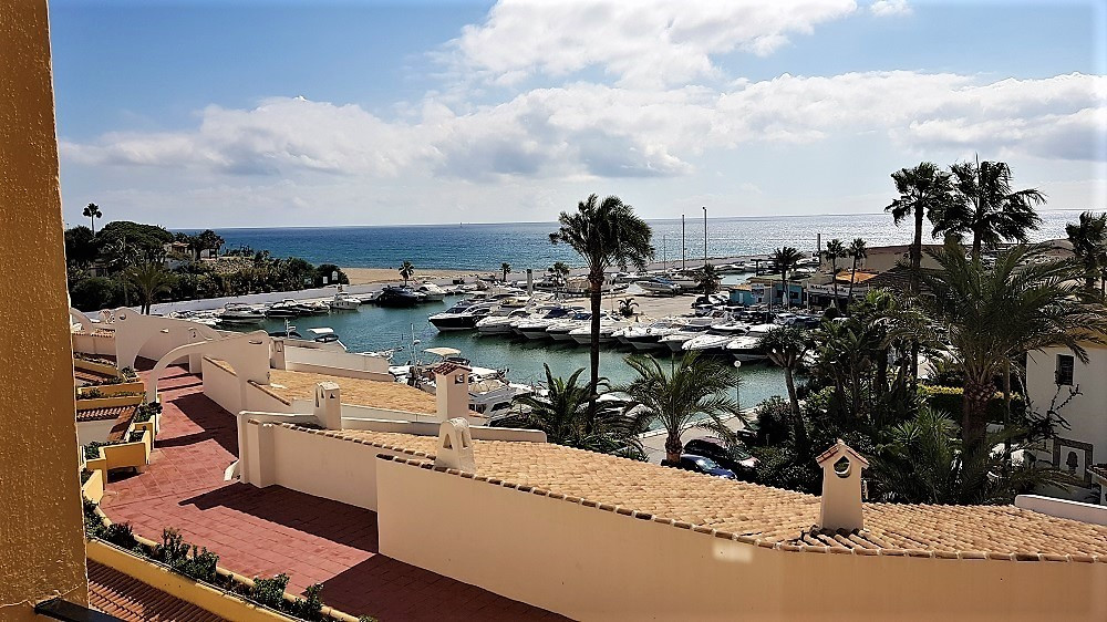 BEACHFRONT DEVELOPMENT, Perfect rental investment. Middle Floor Apartment, Puerto de Cabopino, Costa, Spain