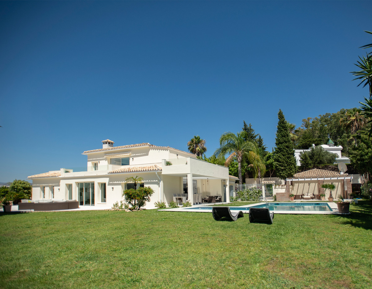 LUXURIOUS PROPERTY WITH STUNNING VIEWS ON THE GOLF AND EL PARAISO MEDIO HILLS  Villa of 600m2 built ,Spain