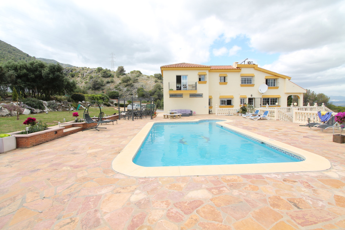 PRIVATE VILLA WITH MAGNIFICENT VIEWS  5 bedroom vila divided between 2 floors on a plot of 2830 m2 w, Spain