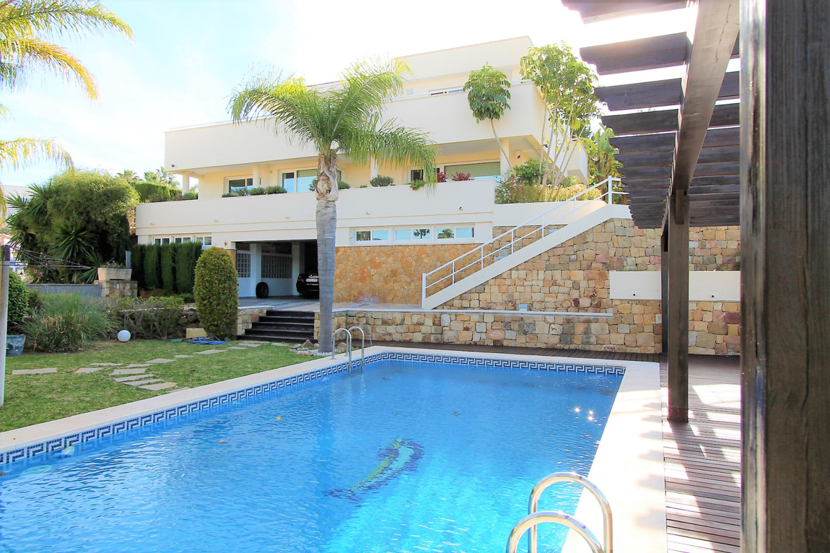 Modern villa with latest technology equipment and luxury quality in the quite area of Alhaurin de la,Spain