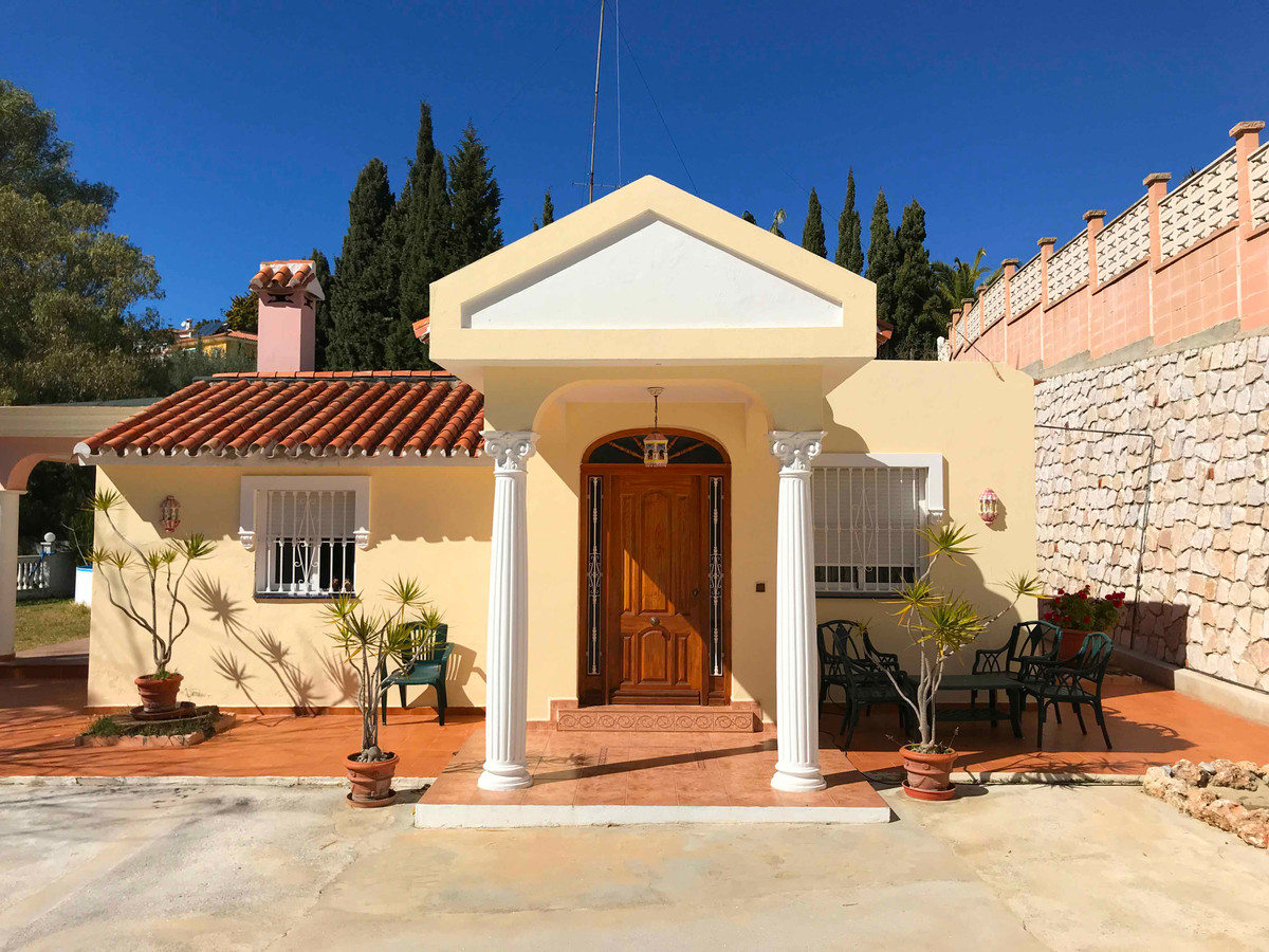 Good opportunity to acquire a villa with lots of land and space.   The villa currently consists of o,Spain
