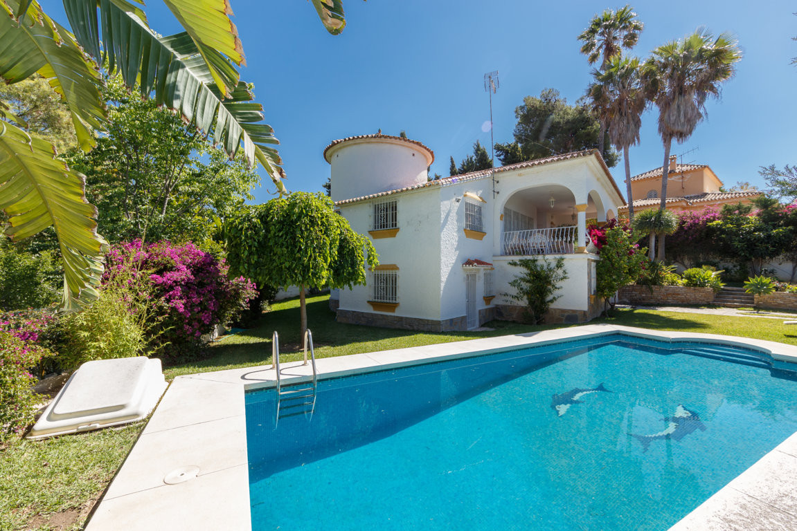 Detached Villa, Marbella, Costa del Sol. 4 Bedrooms, 4 Bathrooms, Built 230 m², Terrace 30 m², Garde, Spain