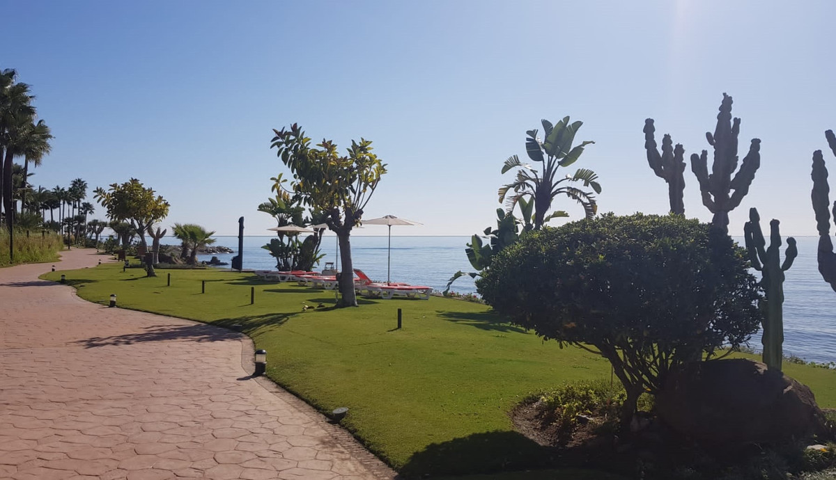 BEACH-SIDE CORNER-DUPLEX PENTHOUSE ready to move in / high rental potential   The property was furni,Spain
