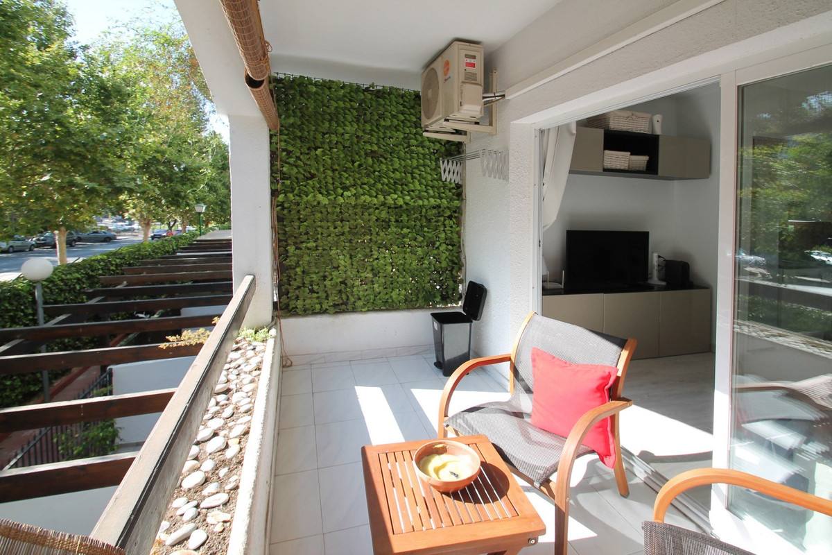 WITHIN WALKING DISTANCE TO THE BEACH · Recently refurbished elevated ground floor studio apartment i, Spain