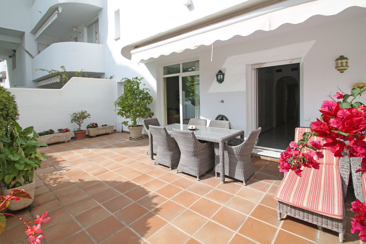 WALKING DISTANCE TO BEACH · Fabulous South-facing ground floor apartment on Marbella's Golden M, Spain