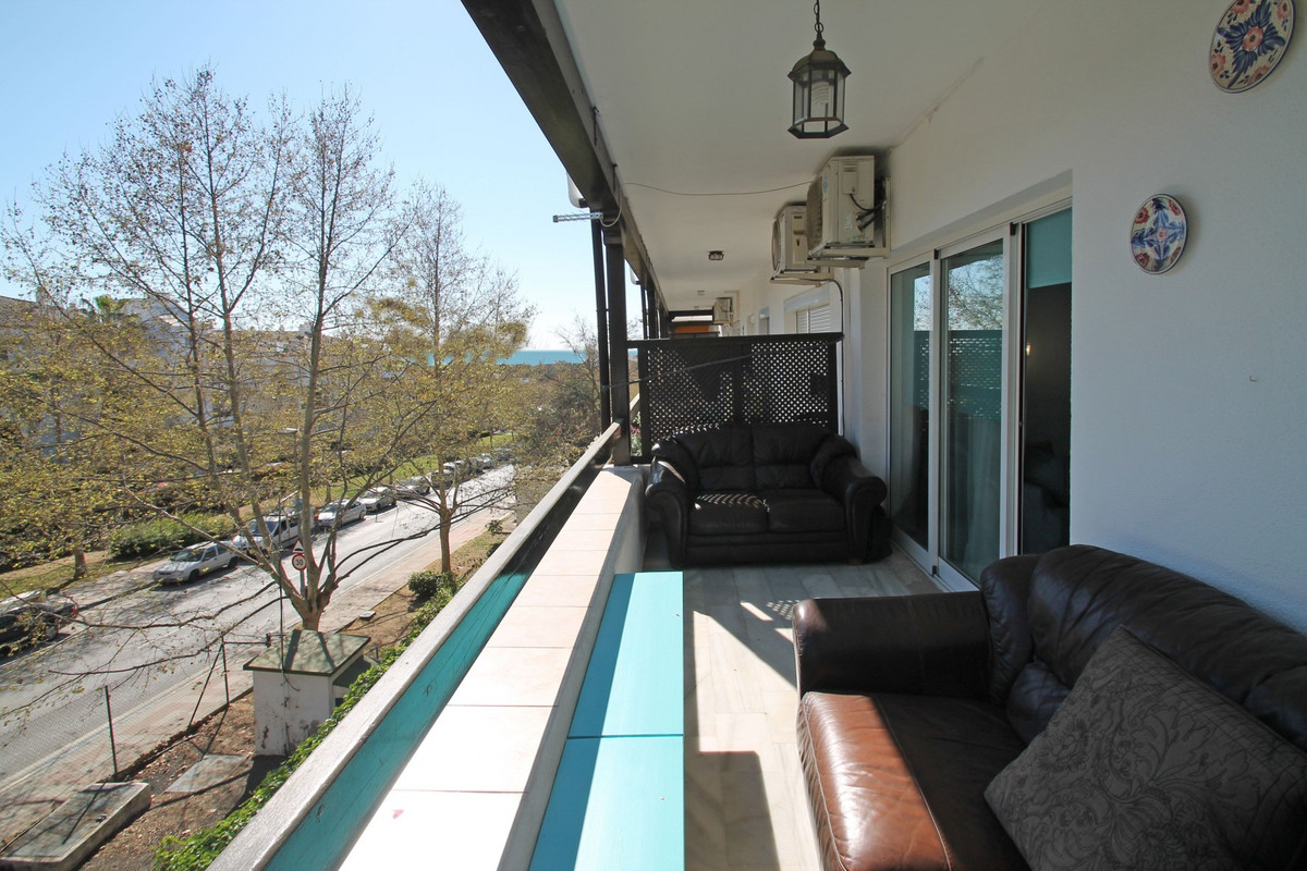 WALKING DISTANCE TO THE BEACH · Bang on price for this two bedroom South-East facing apartment on a , Spain