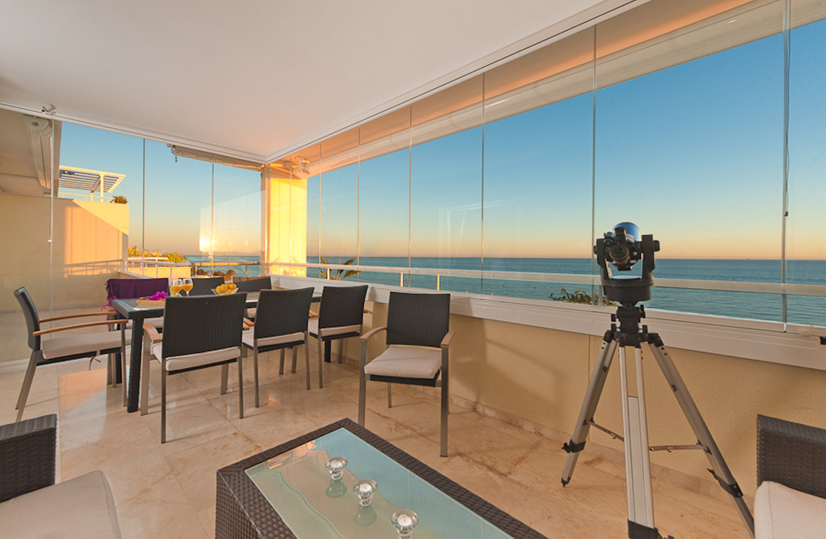 Frontline beach penthouse for sale in the luxurious and gated urbanization Los Granados de Cabopino ,Spain
