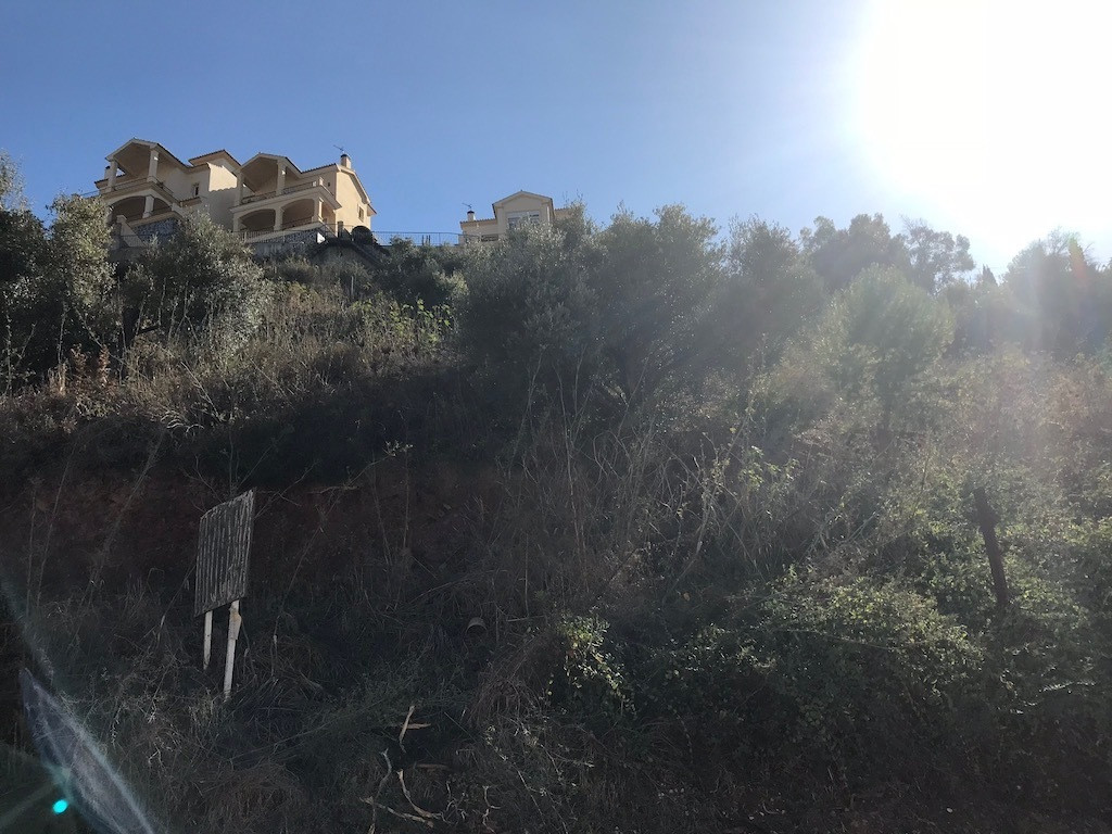 BUILDING PLOT FOR SALE (BANK OWNED)  The plot is located in the popular residential area (Sierrezuel, Spain
