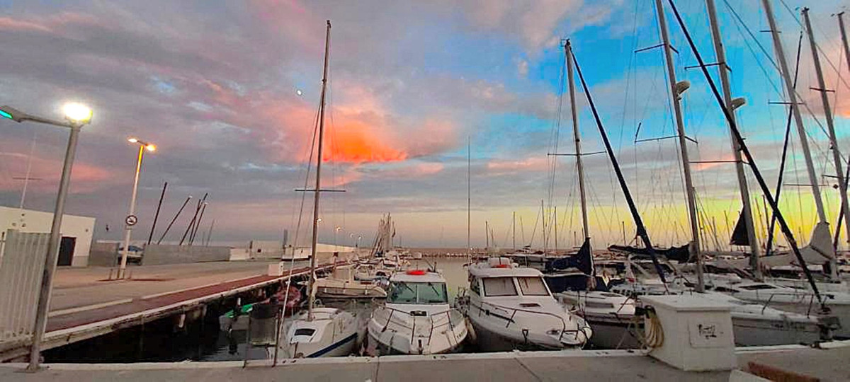 We now offer a restaurant with the very best location in Fuengirola's boat harbour! This restau,Spain