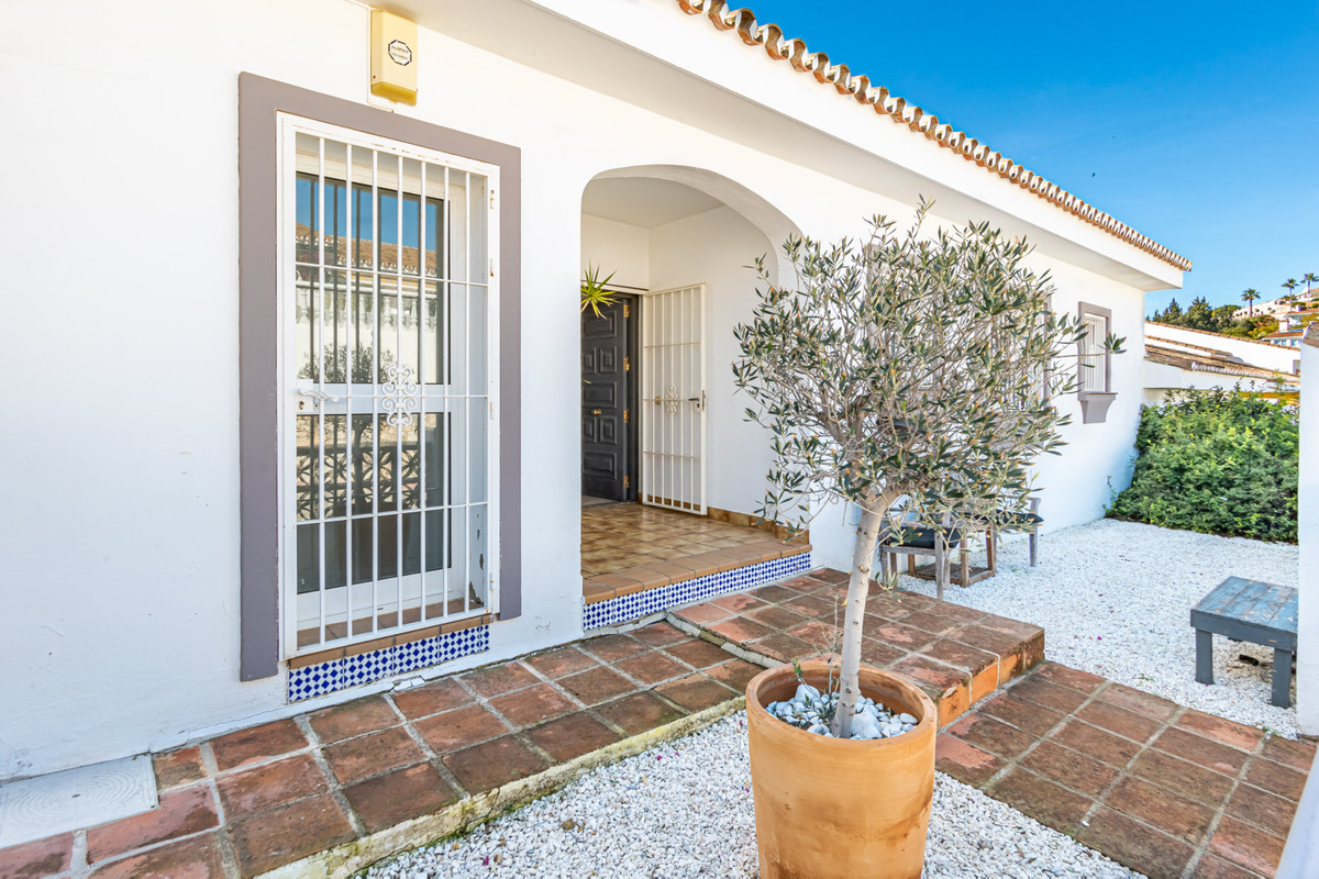 A charming one level detached villa just a  few minutes from Fuengirola's city center.  This vi,Spain