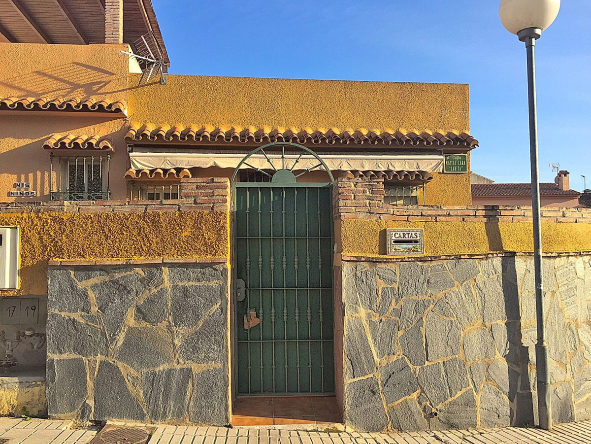 Unique opportunity to acquire a townhouse at a great price in Los Boliches This townhouse to reform , Spain