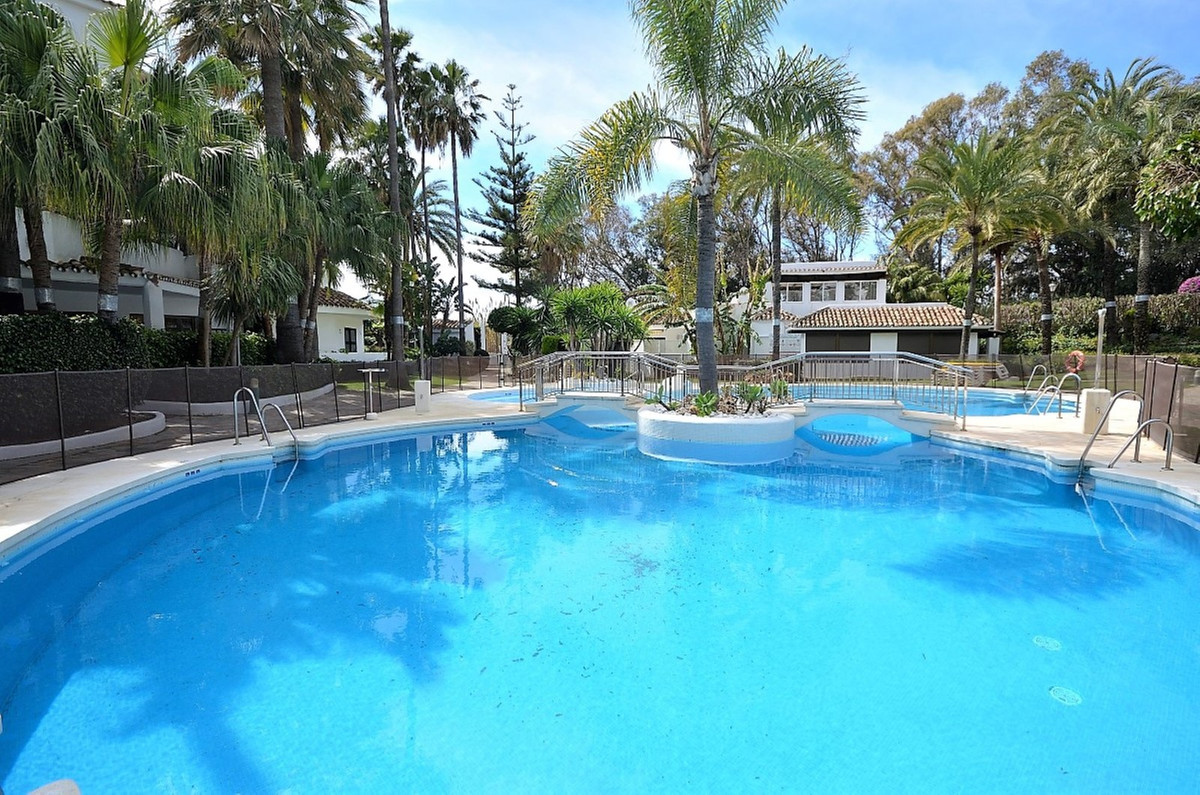 Fantastic apartment in beachfront complex. Spacious 3 bedroom apartment located in popular Golden Be, Spain