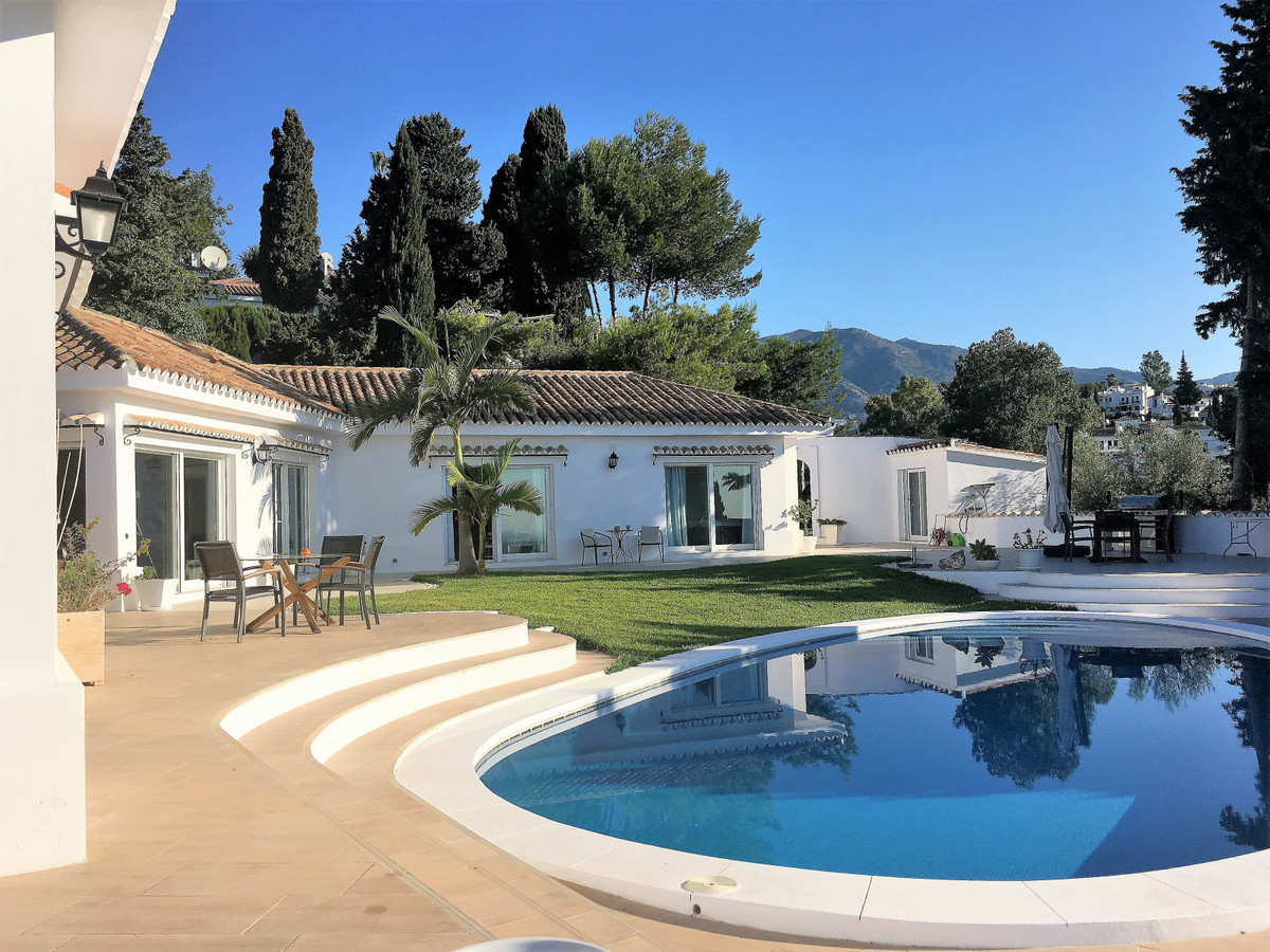 Magnicifent villa with panoramic views in Sierrezuela. This spacious villa is fully renovated and ex Spain