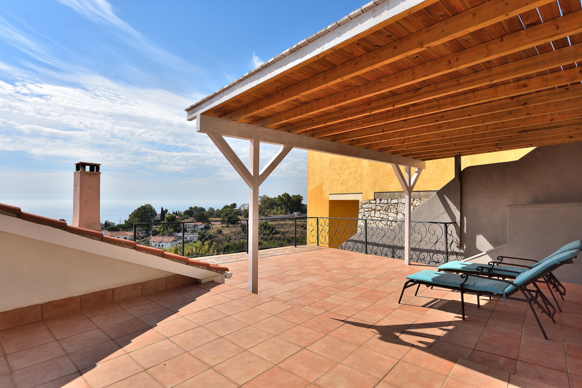 Welcome to this spacious and modern villa Situated close to Benalmadena Pueblo. When you step into tSpain