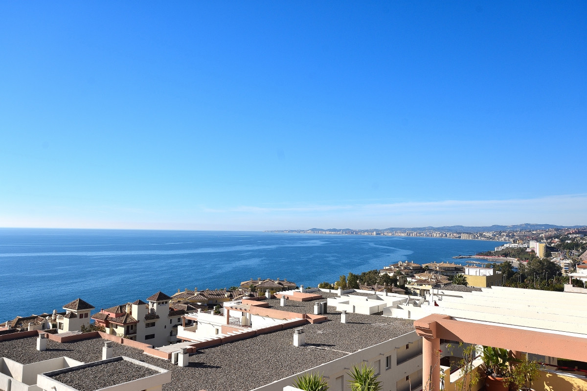 Penthouse with 2 spacious terraces, close to the beach and the golf course in Torrequebrada. A very ,Spain