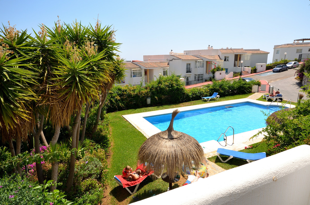 Wonderful apartment with sea views in Calahonda.  This 2 bedroom 2 bath apartment is south facing, s, Spain