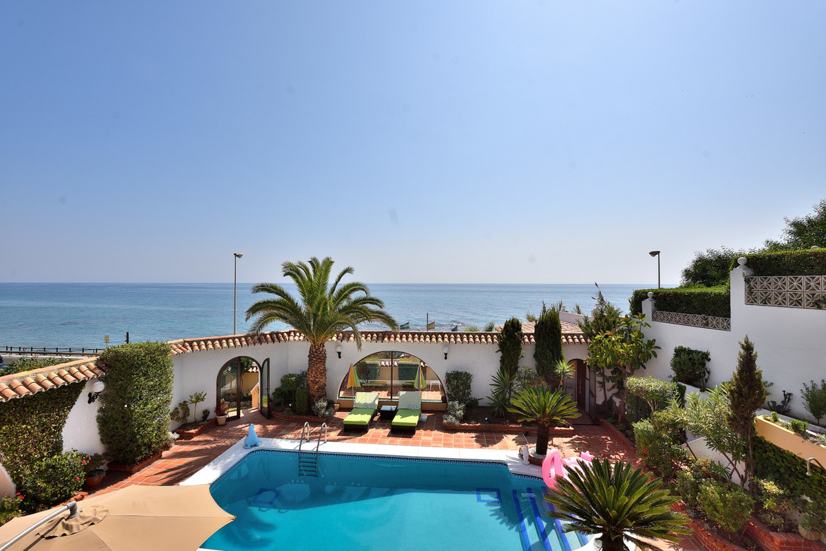 Stunning villa built on a plot of approximately 1,000 m², opposite the beach in El Faro area with st, Spain