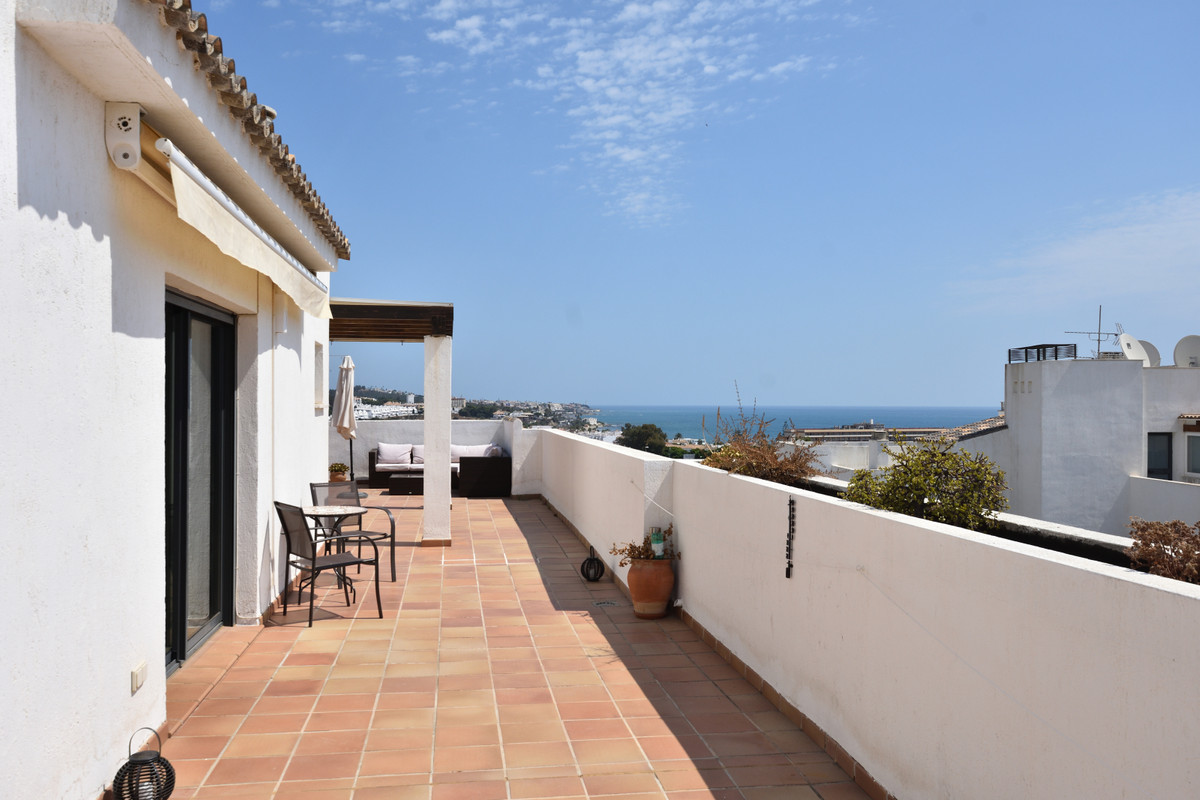 Immaculate penthouse apartment beautifully presented in the popular area of Alamar. This penthouse h, Spain