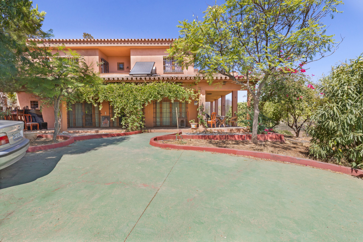Large finca located in Entrerrios which offer a large garden, pool and a enjoying magnificent mounta, Spain