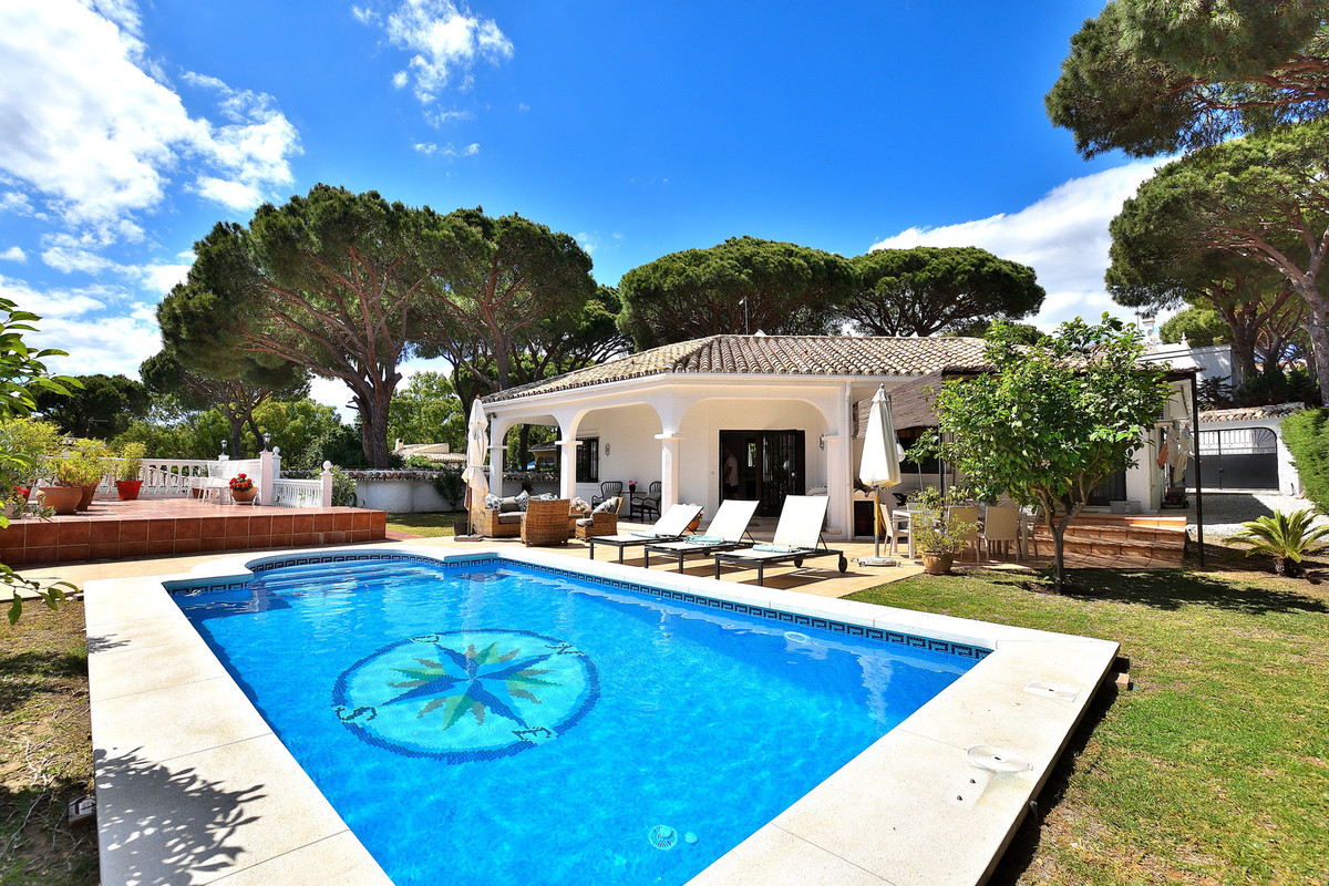 Villa with private pool in the heart of Calahonda and only 300 meters from the beach. The villa is i Spain