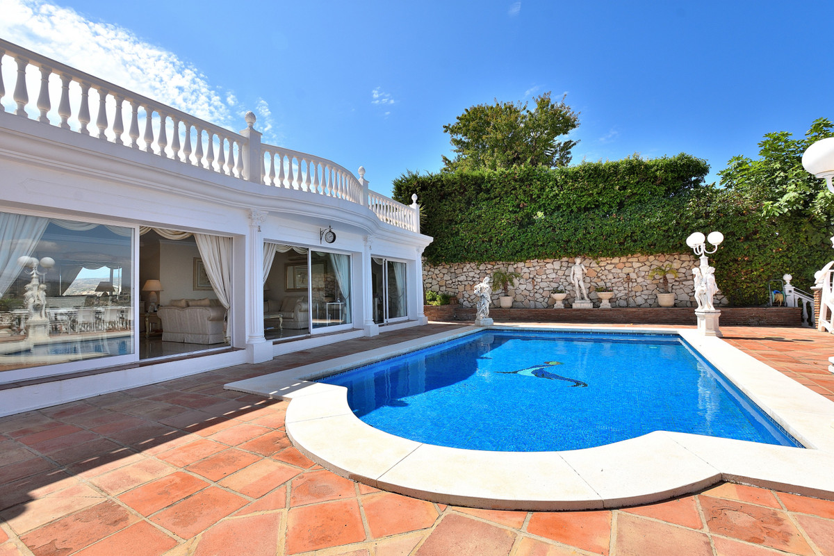 Welcome to this wonderful villa with stunning views located in the tranquil area of Cerros del Aquil,Spain