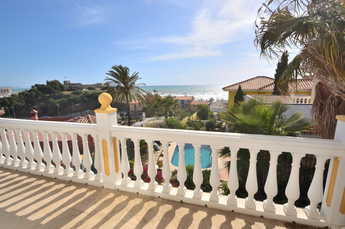A spacious and charming villa located in a very quiet area on the outskirts of Fuengirola. The house, Spain