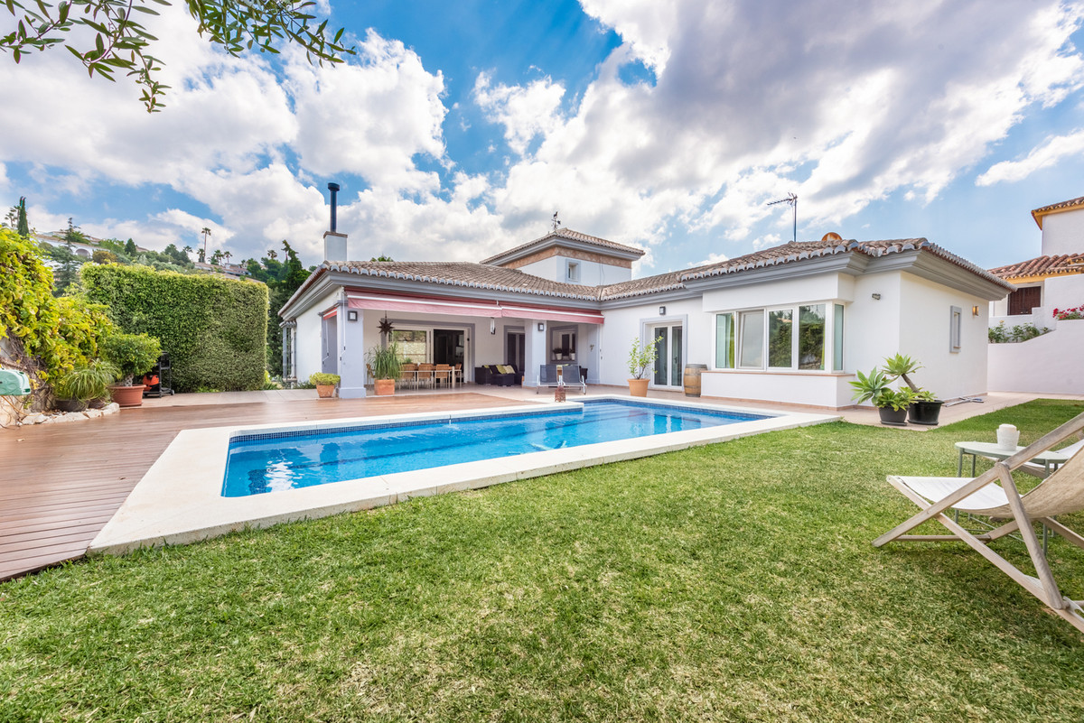 Welcome to this detached villa located in La Sierrezuela, the villa is very spacious and modern and , Spain