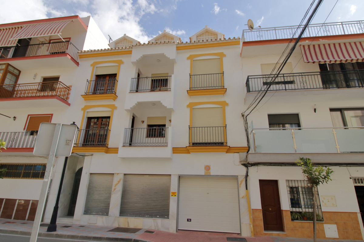 Entire building for sale with 3 apartments and cover parking for 5 cars.  FIRST FLOOR: 130m², 4 bedr, Spain