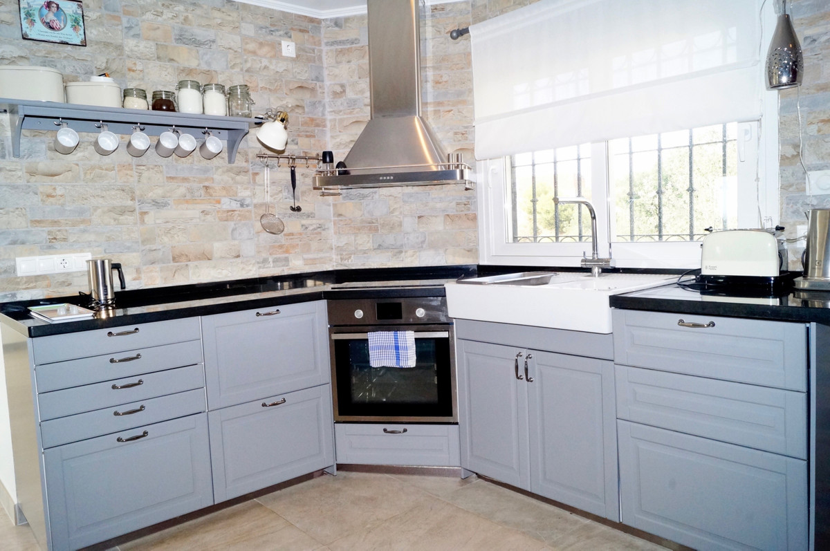 Welcome to this modern, furnished sea view apartment, located in the sought after and quiet village ,Spain