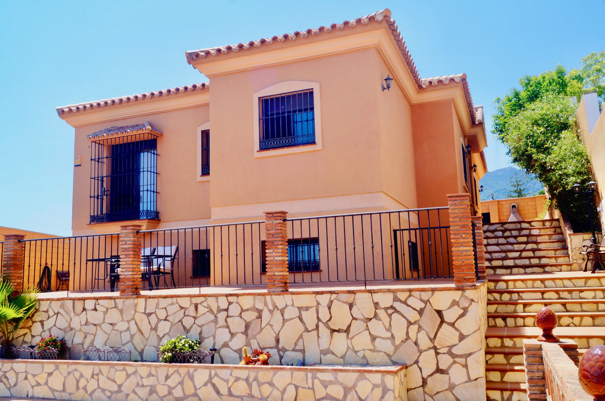 Welcome to this homely architect-designed villa, with wonderful sea views. The villa consists of 3 b,Spain