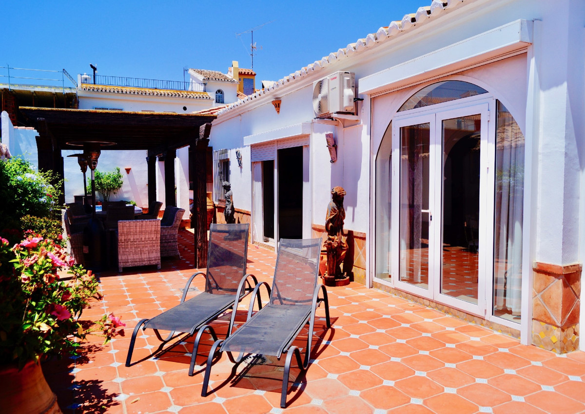 A spacious villa with 3 bedrooms and 2 bathrooms in the very popular and exclusive Urbanization, Pue,Spain