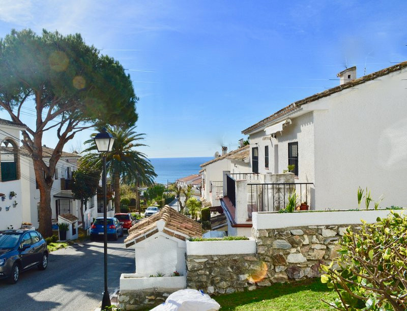 NEW LISTING PRICED TO SELL! 3 bed apartment walking distance to Carvajal Beach, just €225,000 This 3Spain