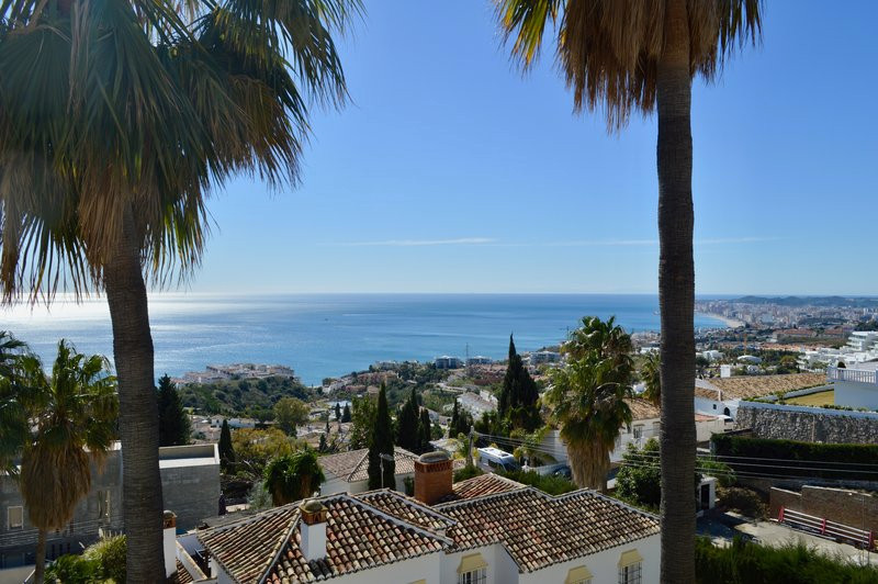 Welcome to this modern villa with panoramic views of the Mediterranean Sea and Fuengirola.The villa,, Spain