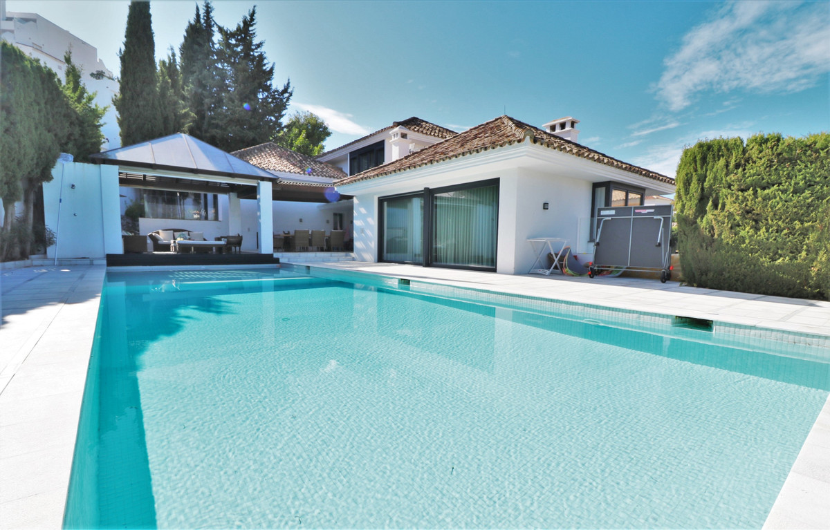 Exceptional 5-bedroom luxury Villa for sale in the heart of Nueva Andalucia. Strategically located i,Spain