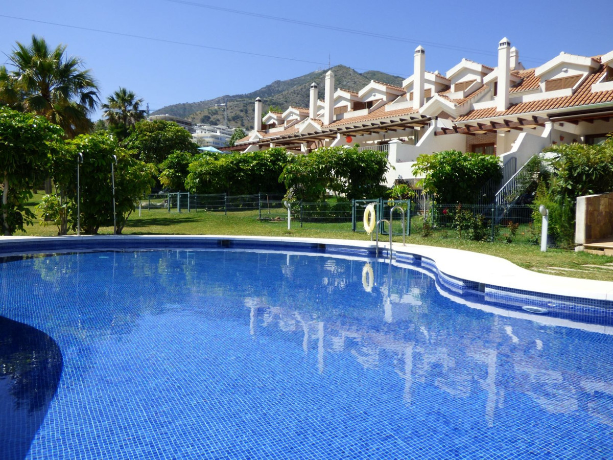 Opportunity: Large Townhouse of almost 200 m2 built with 4 bedrooms and 3 full bathrooms and two lar, Spain