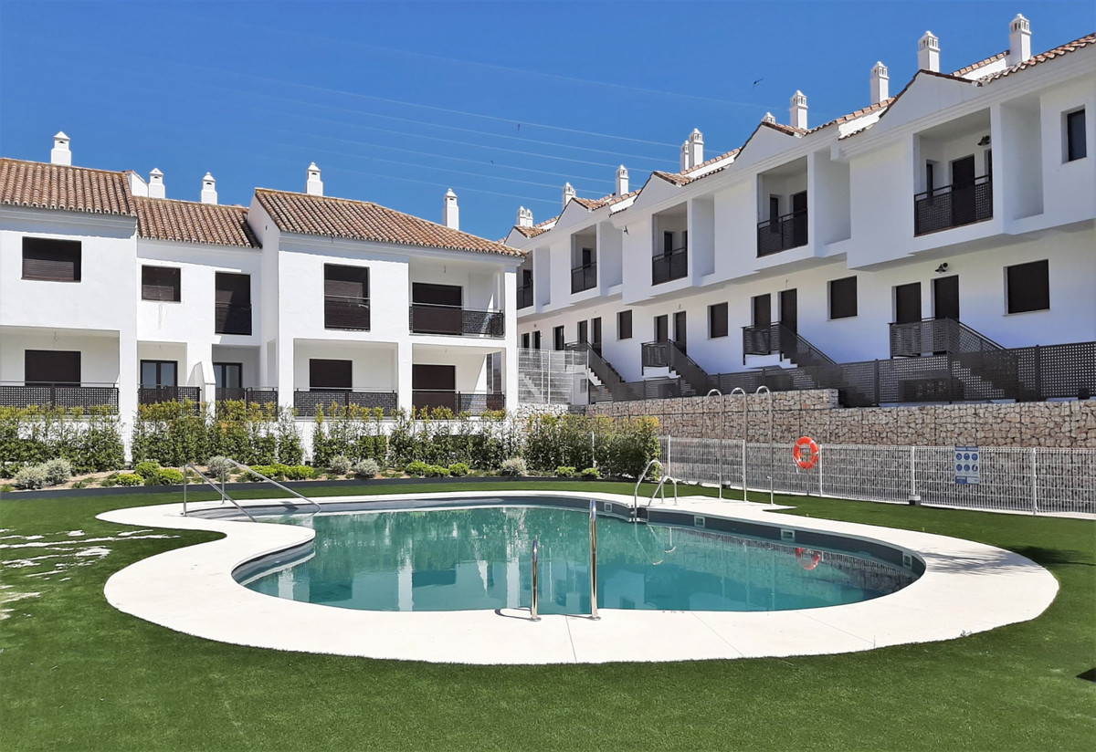 Opportunity: Large Townhouse of 200 m2 built with 3 bedrooms and 3 full bathrooms and a toilet, and ,Spain