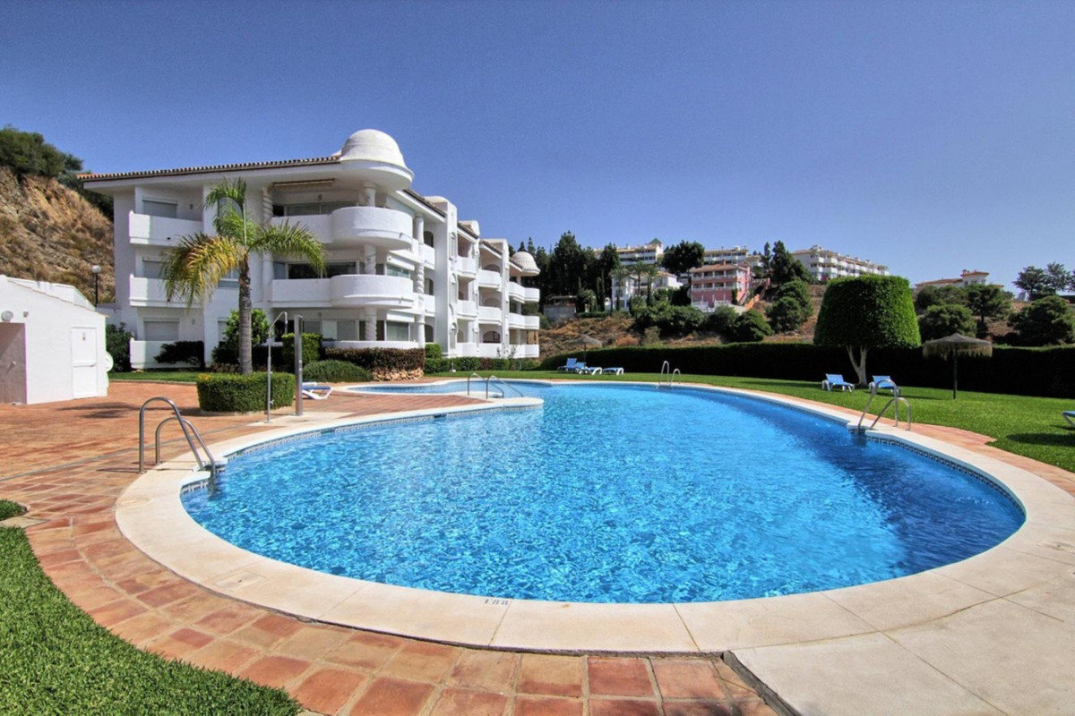 Large and sunny ground floor with 3 bedrooms and 2 bathrooms, one of them en-suite located in Calaho,Spain