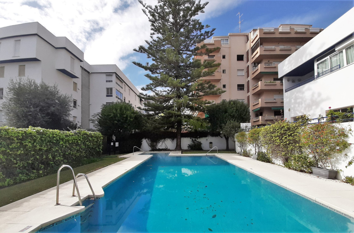 Opportunity: Magnificent 3 bedroom, 2 bathroom apartment with large communal gardens and swimming po, Spain