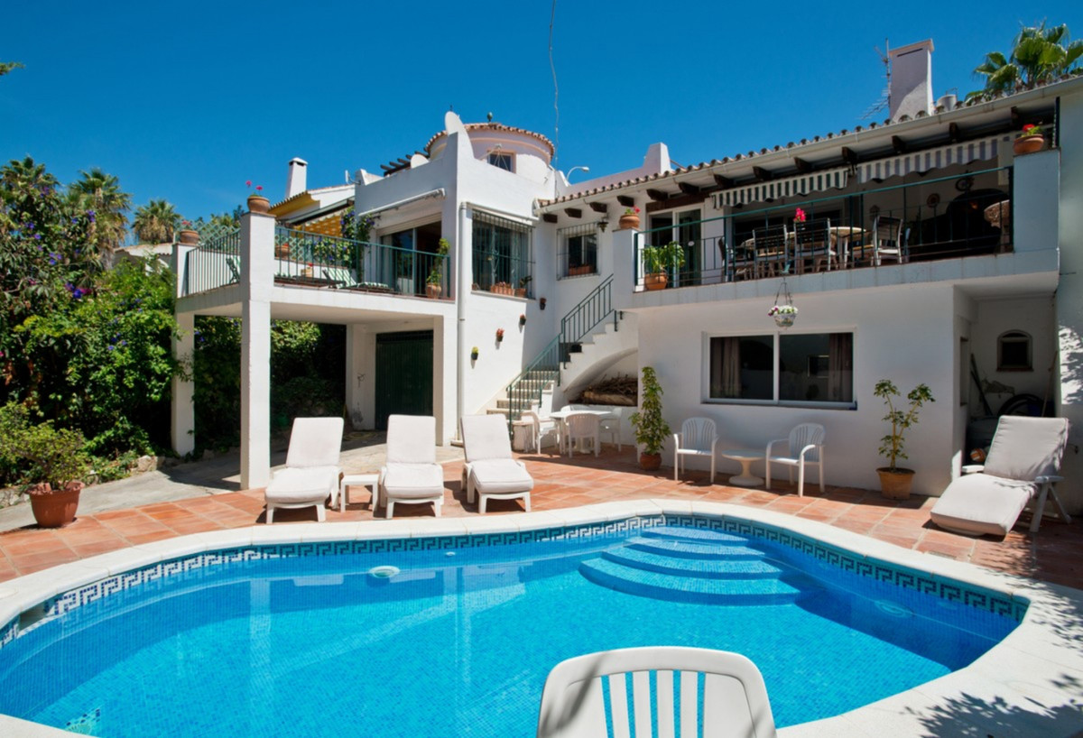 Large independent 4 bedroom Villa located in the heart of Nueva Andalucia, Marbella. This Villa with, Spain