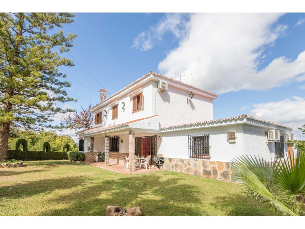 Bright and spacious villa for sale in a quiet urbanization of Alhaurin de la Torre overlooking the G,Spain