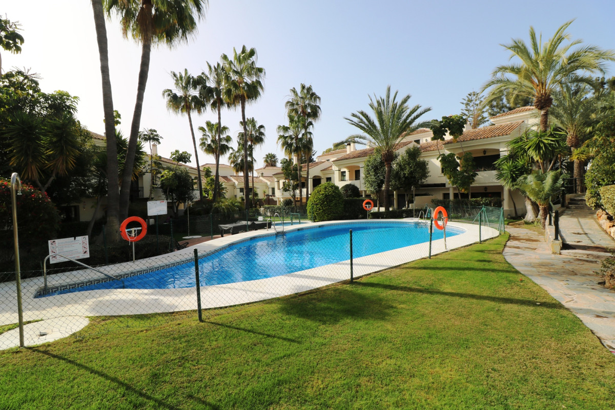 Large corner townhouse with 3 bedrooms, 3 bathrooms, large solarium and a large garage in Estepona. , Spain
