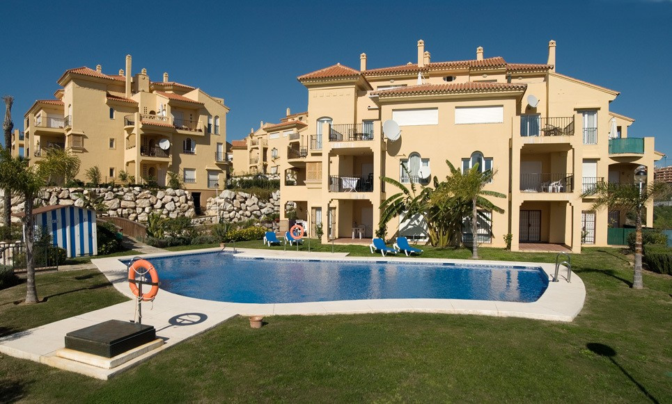Beautiful 105 m2 apartment in a Riviera del Sol private community with easy access, 4 swimming pools, Spain