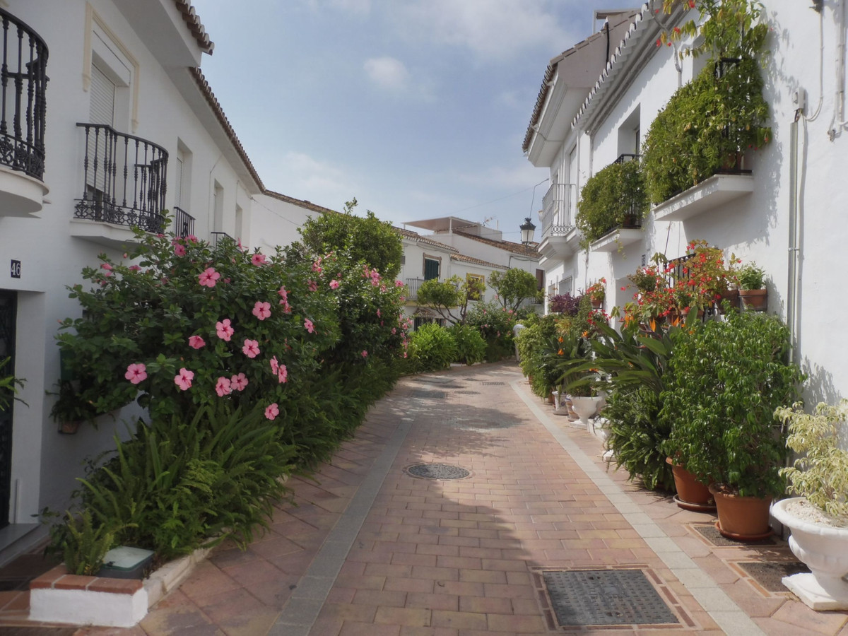 Nice traditional townhouse  in quiet area of ​​Benalmadena Pueblo. This completely original house has a lot of character and a charming facade. has two floors with an small backyard, 4 bedrooms plus living room, kitchen and bathroom. Near all services.